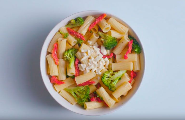 HEARTY RIGATONI CON MOZZARELLA
